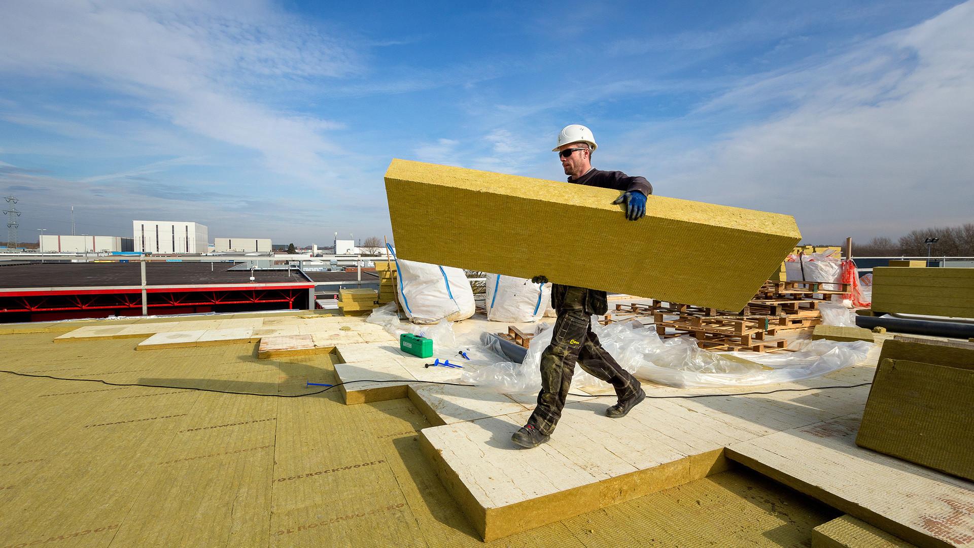 Plat dak isoleren met isolatieplaat tauroxx rockwool